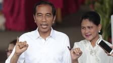 President Joko Widodo och hans hustru Iriana med bläckfläckiga lillfingrar