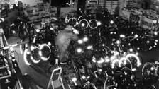 Väl inne i sportbutikens lokaler går det snabbt för tjuven att lokalisera bytet: de exklusiva cyklarna