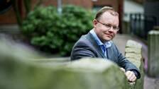 Henrik Ekengren Oscarsson, professor i statsvetenskap fotograferad i utomhusmiljö.