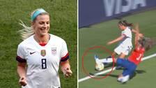 VAR-domarna missade att USA aldrig borde tilldelats hörnan som Julie Ertz (till vänster) nickade in 2-0 på.