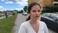 en tjej fotad på gata i bostadsområde