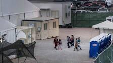 Några av barnen inne på anläggningen vid gränsstationen i Clint där det efter en inspektion framkommit att det inte finns tillgång till dusch, rena kläder eller tillräckligt med mat.