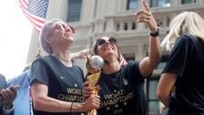 Megan Rapinoe och Alex Morgan firar VM-guldet.