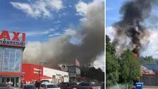 Kraftig rök spred sig över Ica Maxi i Jönköping under lördagen efter att det börjat brinna på avfallsanläggningen bakom stormarknaden.