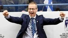 Finlands förbundskapten kritiserar Svenska ishockeyförbundets hantering av Damkronorna.