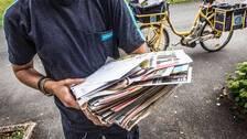 Brevbärare från Postnord delar ut post.