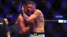 Nate Diaz kramar om Anthony Pettis efter nattens fajt.
