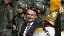 Brasiliens president Jair Bolsonaro meddelade på fredagen att man nu ger militären i uppdrag att hjälpa till med släckningsarbetet för att få bukt på den svåra skogsbränder som härjar i Amazonas.