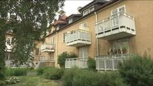 Flerfamiljshus med vita balkonger.