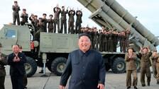 Nordkoreas ledare framför en mobil avfyrningsramp efter ett robottest.