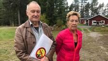 Eero Heinonen och Ylva Westerlund företräder de arga byborna i Skälgården.