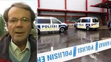 SVT:s reporter Hasse Svensk och två finska polisbilar.