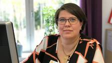 Lena Abrahamsson sitter vid sitt skrivbord. Hon är stolt över att ha lyckats studera till socionom med dyslexi.
