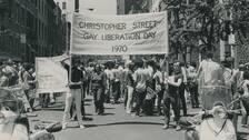 """En pride-protest i New York 1970. Demonstranter bär en banderoll på vilken det står """"Christopher Street Gay Liberation Day 1970"""""""
