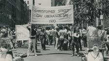 "En pride-protest i New York 1970. Demonstranter bär en banderoll på vilken det står ""Christopher Street Gay Liberation Day 1970"""