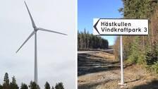 Vindkraftverk och vägskylt som pekar mot Hästkullens vindkraftspark