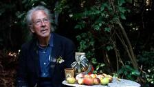 Peter Handke tog emot världspressen i sin trädgård i torsdags, efter att ha tillkännagivits som mottagare av 2019 års Nobelpris i litteratur.