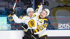 Skellefteås Jacob Andersson jublar med Rickard Hugg efter 2-1 under ishockeymatchen i SHL mellan Djurgården och Skellefteå den 17 oktober 2019 i Stockholm.