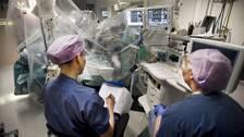 Hundratals operationer har ställts in på grund av materialkaoset. Under måndagen avgick Apotekstjänsts vd Tomas Hilmo. Arkivbild på operation.