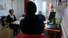 Magnus, hans mamma Susanne och läkaren Håkan sitter och diskuterar hos läkaren.