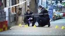 Polisens kriminaltekniker säkrar spår efter skottlossningen vid en pizzeria på Ystadsgatan vid Möllevångstorget i Malmö natten den 9 november.
