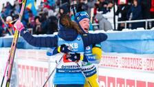 Sebastian Samuelsson kramas om av Hanna Öberg.