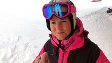 skidåkare med stora glasögon på den rosafärgade hjälmen