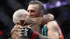 Conor McGregor tröstar motståndarens farmor, 82-åriga Jerry Cerrone.