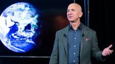 Världens rikaste person år 2019 är Amazons grundare och vd Jeff Bezos, enligt Forbes. Hans förmögenhet var då 131 miljarder dollar.