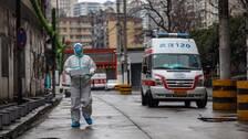 En skyddsklädd ambulansförare utanför sjukhuset i Wuhan, ett av de områden där flest fall av coronaviruset rapporterats