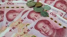 Kinesiska sedlar och mynt. Arkivbild.
