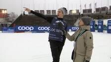 Man står och pekar åt vänster i målområdet i Åre.