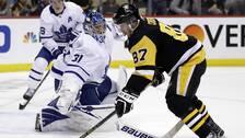 Pittsburghs Sidney Crosby rundar målvakten Frederik Andersen och spelar fram Teddy Blueger till ett mål.