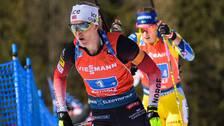 Marte Olsbu Röiseland strax före Hanna Öberg under damernas stafett.