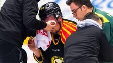 Brynäs Marcus Ersson blöder från ansiktet och får vård.