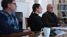 politiska personer vid ett bord på presskonferens