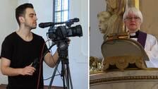 Tvådelad bild där en man står och filmar med en videokamera till vänster och en präst står i predikstolen till höger.