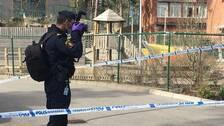 En polis fotograferar platsen där en tolvårig pojke mördades.