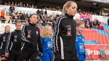 Göteborgsspelare på väg in till match.