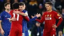 Liverpools Mohamed Salah och Chelseas Cesar Azpilicueta kramar om varandra efter en match i mars.