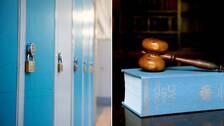 Blåa skåp med hänglås i en skolkorridor bredvid en bild på en klubba på en lagbok.