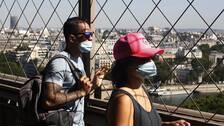 Turister i Eiffeltornet i Paris