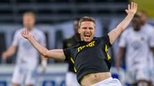 AIK:s Karol Mets och Östersunds Blair Turgott under fotbollsmatchen i Allsvenskan mellan AIK och Östersund den 13 augusti 2020 i Stockholm.