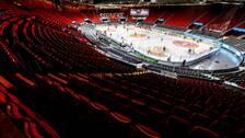 Tomma läktare då spelarna värmer upp inför torsdagens ishockeymatch i SHL mellan Frölunda HC och Djurgårdens IF i Scandinavium. På grund av coronaviruset spelas matchen utan publik, då evenemang med fler än 500 personer föbjudna.