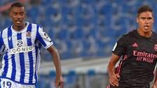 Alexander Isak (till vänster) och Real Sociedad fick med sig en poäng från machen mot Raphael Varanes Real Madrid.