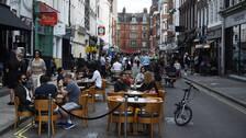 Från och med torsdag måste pubar, barer och restauranger stänga redan vid klockan 22 på kvällen. Bilden visar en gata i London.