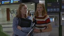 Två unga tjejer, Elsa Kroze och Lovisa Karlström, står framför en biljettautomat nere i Stockholms tunnelbana.