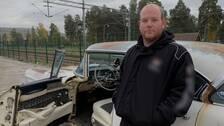 en snaggad man star lutat mot en raggarbil i Rättvik. Bilen är vit och rostig. Mannens jacka är svart.