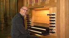 Reibjörn Carlshamre vid en av kyrkans orglar
