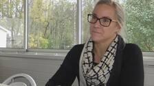 Åsa Johansson i en intervjusituation i ett uterum.